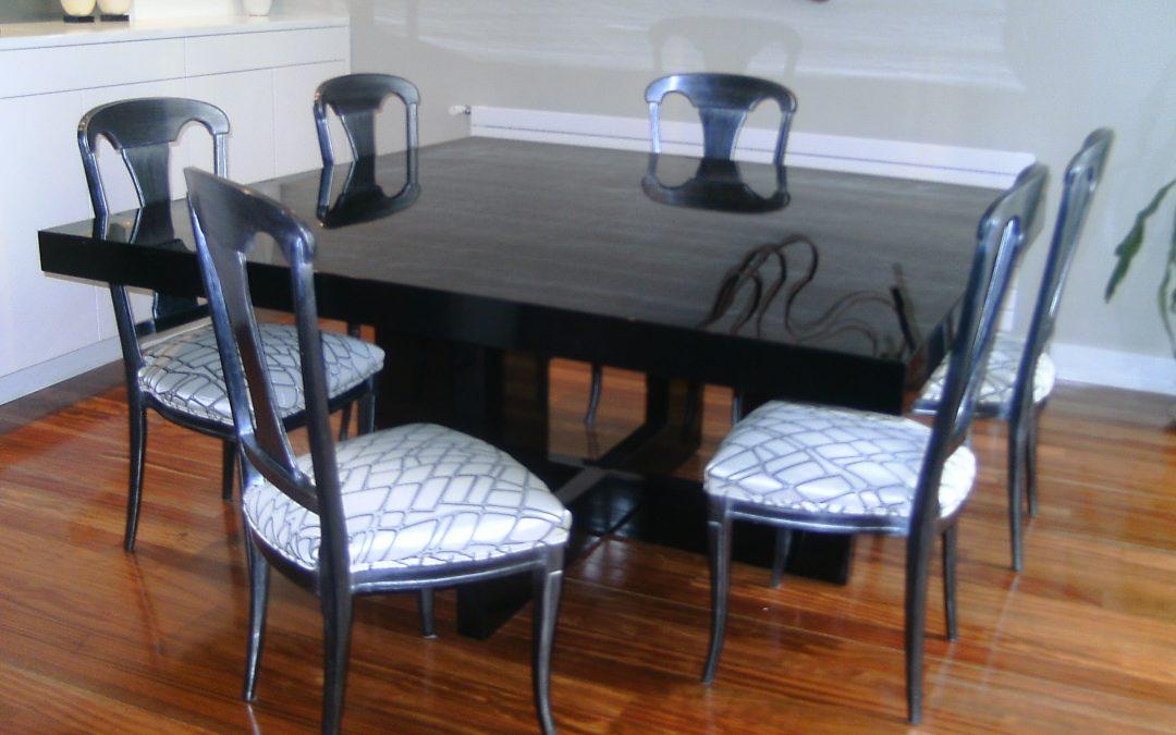 Sillas plata para una mesa moderna
